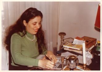 Magda Cornière voyante dans une photo de 1972 avec sa boule de cristal.